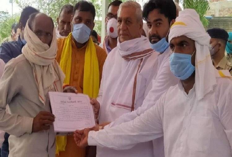 चौधरी लक्ष्मी नारायण ने दिया शहीद बबलू कुमार के पिता को एक करोड़ का प्रमाणपत्र