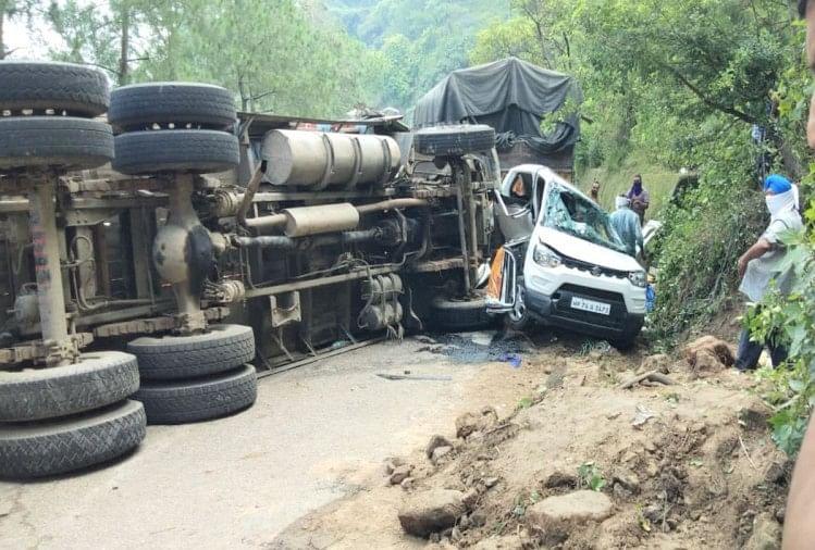 हिमाचल : कार को टक्कर मारकर बीच सड़क पर पलटा ट्रक