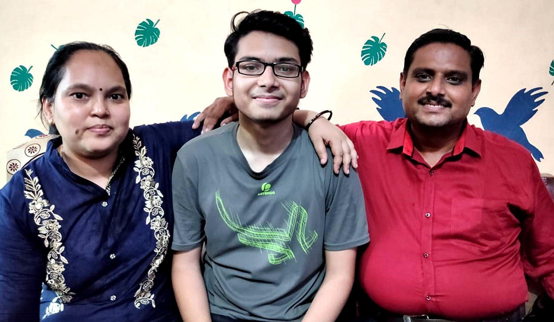 छात्र अश्वनी कुमार माता-पिता के साथ।