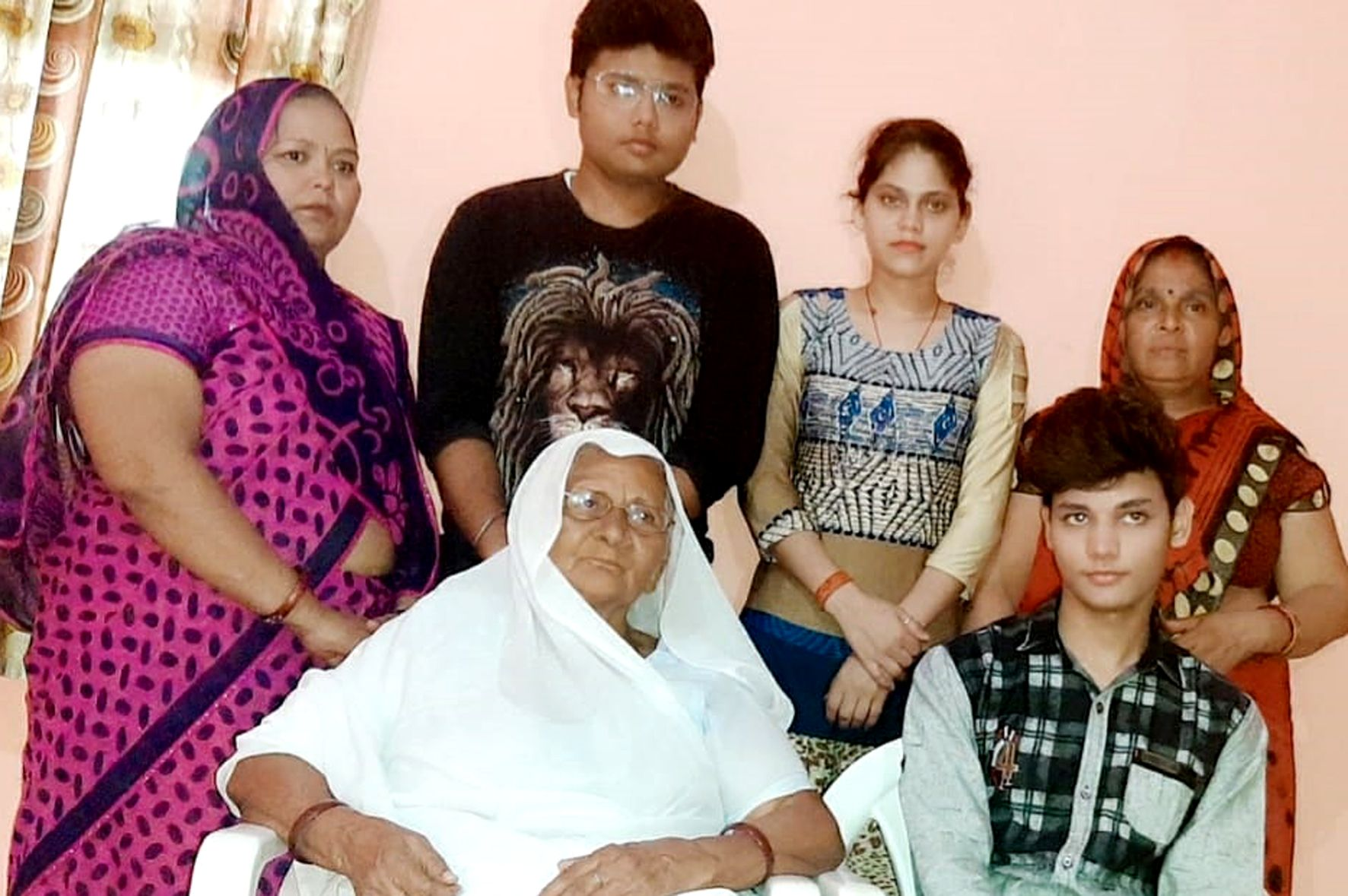 छात्र कुनाल अपनी दादी व परिवार के अन्य सदस्यों के साथ।