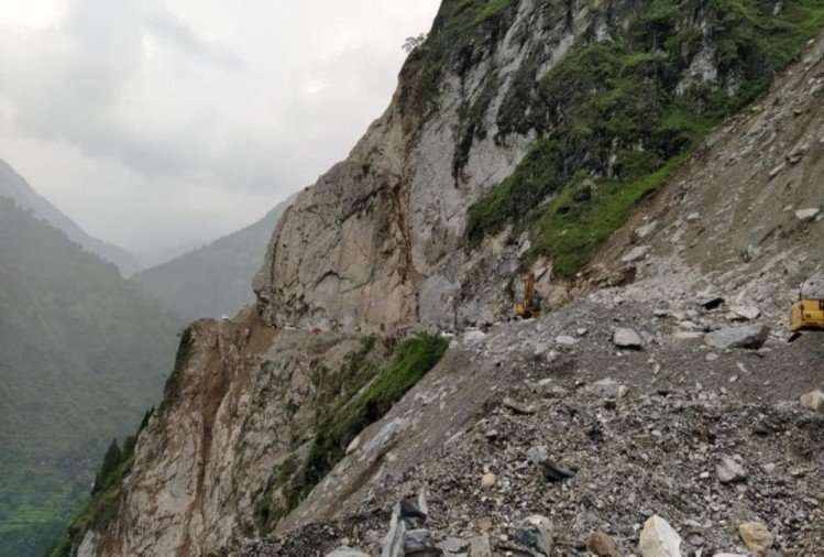 Badrinath highway seems like Danger Zone , Closed from Three Days, 400 pilgrims Stuck