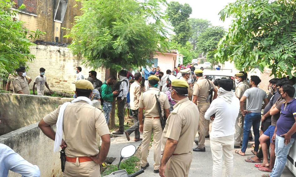 ओफिसर कॉलोनी के कमरे किशोरी का शव मिलने जॉच करती पुलिस जमा क्षेत्रवासी