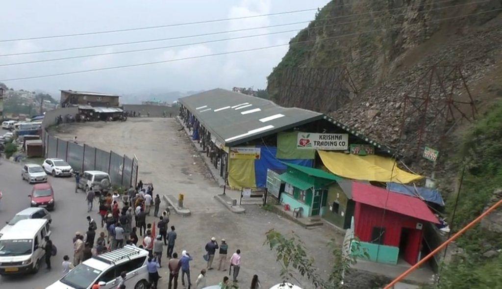 हिमाचल: भट्टाकुफर फल मंडी में लैंडस्लाइड, सेब की पेटियां दबीं