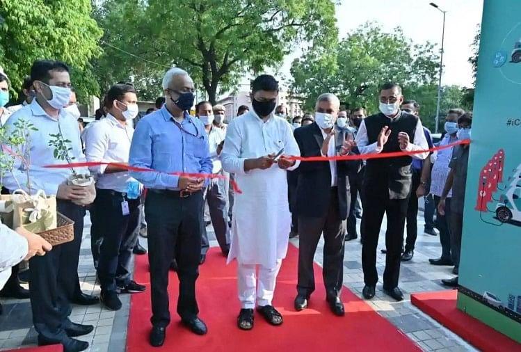 Union Power Minister R K Singh inaugurating public EV charging plaza
