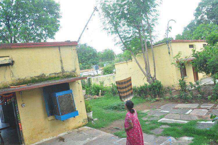 पश्चिम रेलवे कोलोनी में टूटी एक मकानों में जमी कायी। अमर उजाला