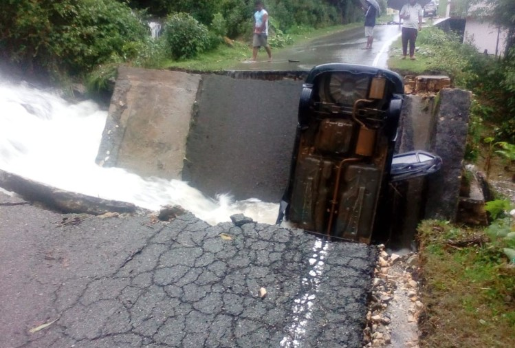 uttarakhand weather today update: due to heavy rain road broken car stuck between road