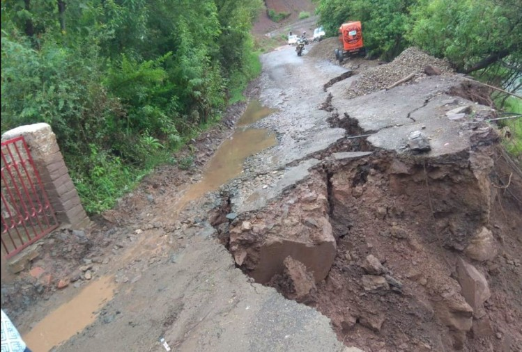 heavy rain in himachal pradesh road blocked due to landslides
