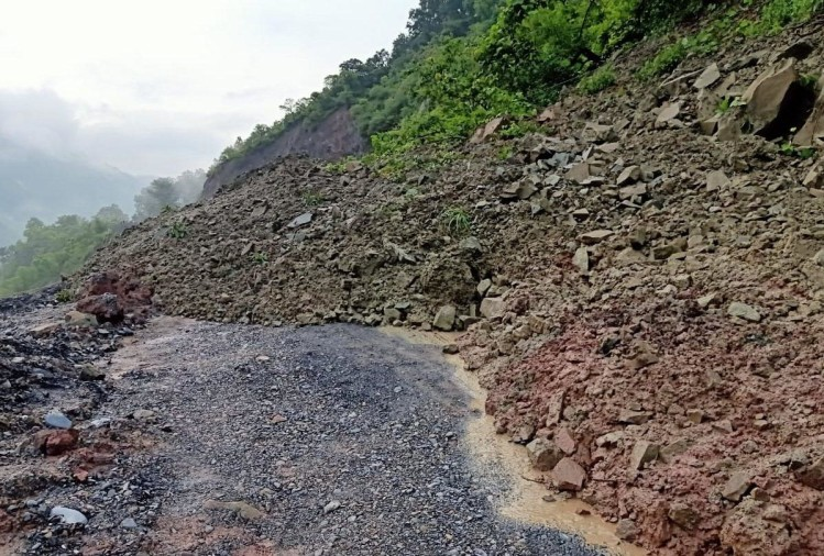 heavy rain in himachal pradesh roads blocked due to landslides