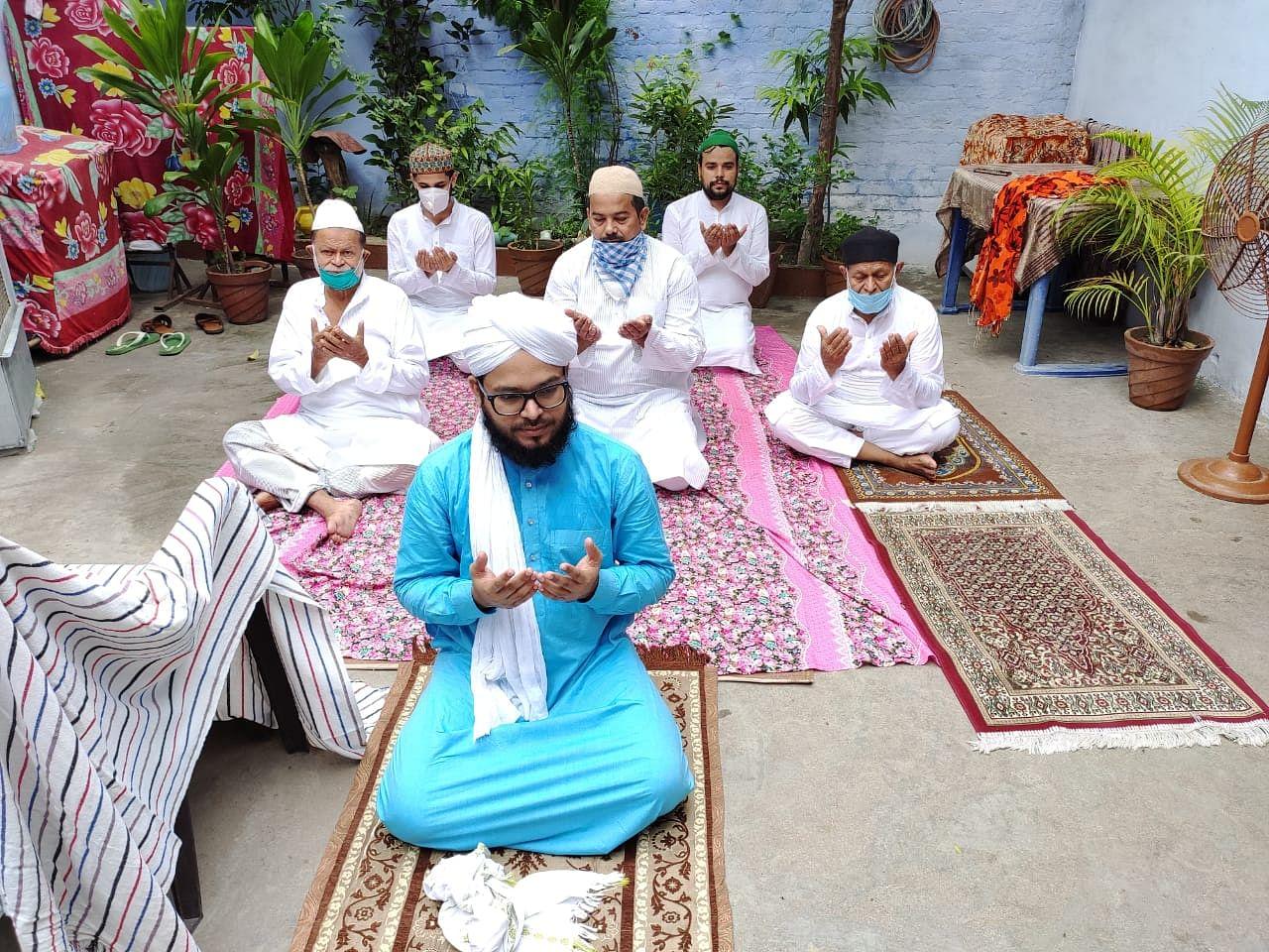घर पर ईद उल अजहा की नमाज के दौरान दुआ करते बड़ी ईदगाह कमेटी के अध्यक्ष जनाब मौलाना सैयद फैज हसन सफ़