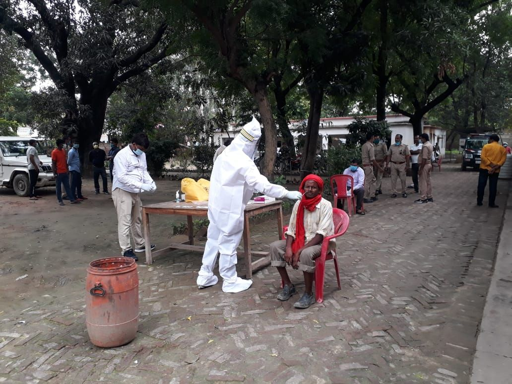 सांगीपुर थाने में संदिग्धों का सेम्पल लेते स्वास्थ्यकर्मी।