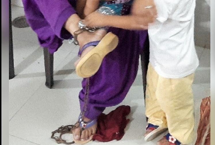 महिला ने सुनाई दर्द भरी कहानी ससुराल वाले पैरों में जंजीर और ताला लगा रखते थे