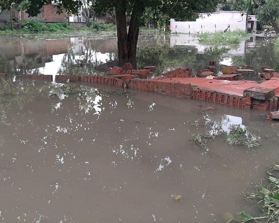 कांधला ब्लाक कार्यालय के सामने बरसात से भरा पानी