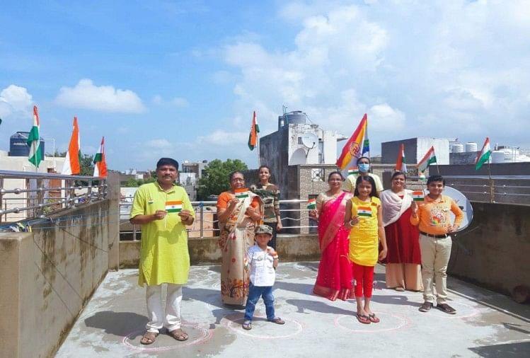 स्वतंत्रता दिवस 2020: परिवार संग छत पर किया राष्ट्रगान