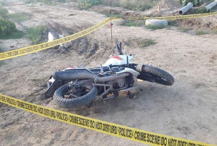 मुठभेड़ की जगह पर पड़ी बदमाशों की बाइक