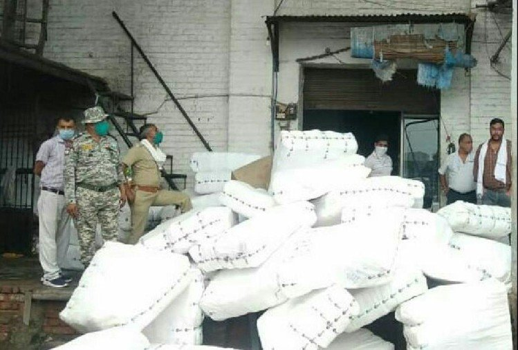 नगर निगम की टीम को छापे में मिली प्लास्टिक और पॉलिथिन