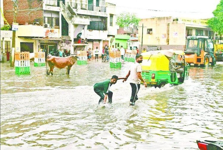 सड़क पर जलभराव