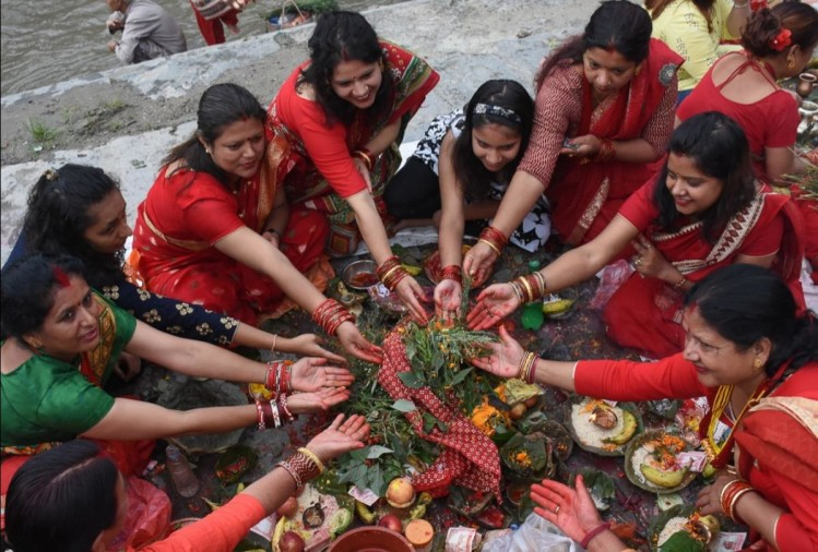 पूजा-अर्चना करती नेपाली महिलाएं।