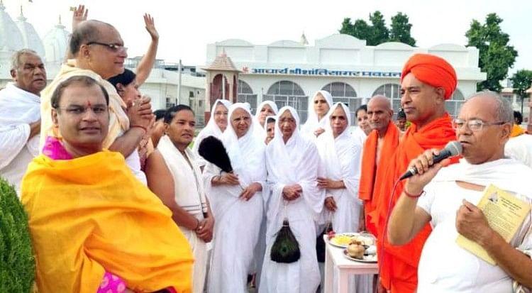 हस्तिनापुर स्थित जंबूद्वीप में पूजा-अर्चना करते जैन संत।