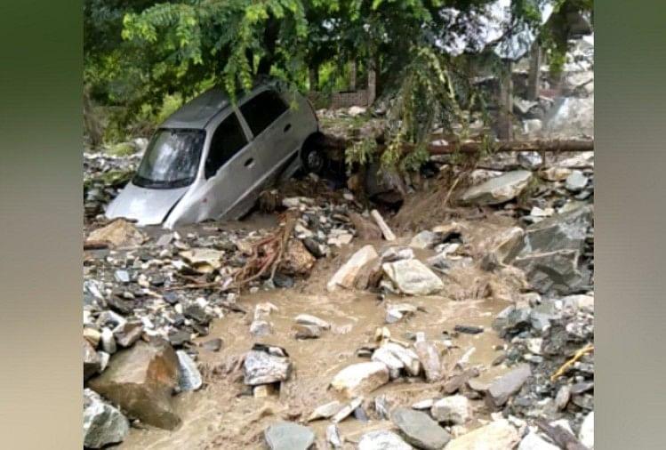 बादल फटा, गाड़ियां बहीं, लाखों का नुकसान