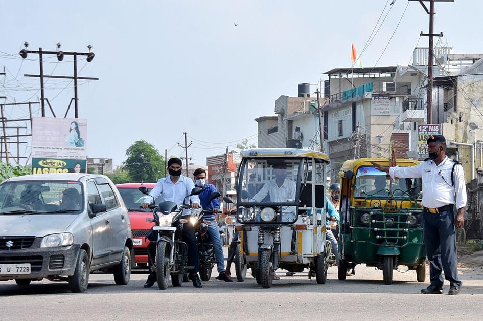 देहरादून रोड़ पर यातायात चलाते यातायात कर्मी