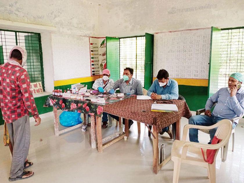 उदईपुर गांव में मरीजों की जांच करने पहुंची स्वास्थ्य टीम।