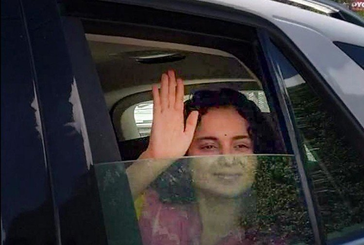 As soon as she reached Chandigarh, kangana's tevar, the Maharashtra government as well as Sonia Gandhi, were attacked.