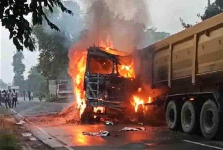 हादसे के बाद गुस्साई भीड़ ने ट्रक में लगाई आग