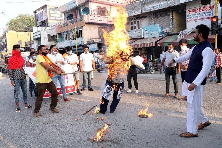 ऊना के रेड लाईट चौक पर करणी सेना के कार्यकर्ता महाराष्ट्र के मुख्यमंत्री उद्धव ठाकरे का पुतला जल?