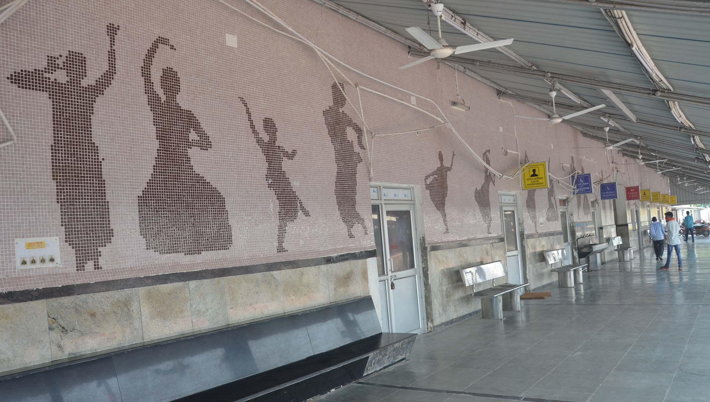 रेलवे स्टेशन प्लेटफार्म पर हुआ सौन्दर्यीकरण।