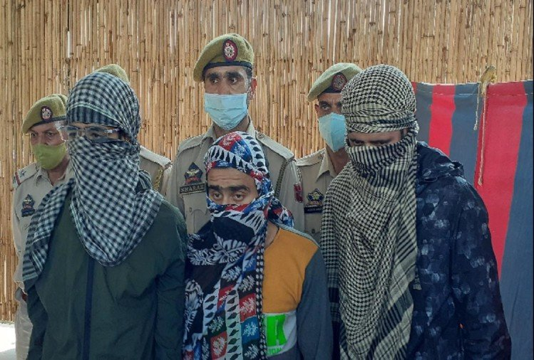पाकिस्तानी ड्रोन ने फेंकी हथियारों की खेप, लेने पहुंचे लश्कर के तीन आतंकी गिरफ्तार
