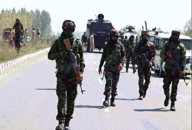 श्रीनगर में सुरक्षाबलों और आतंकियों के बीच मुठभेड़, एक विदेशी आतंकी के घिरे होने की आशंका