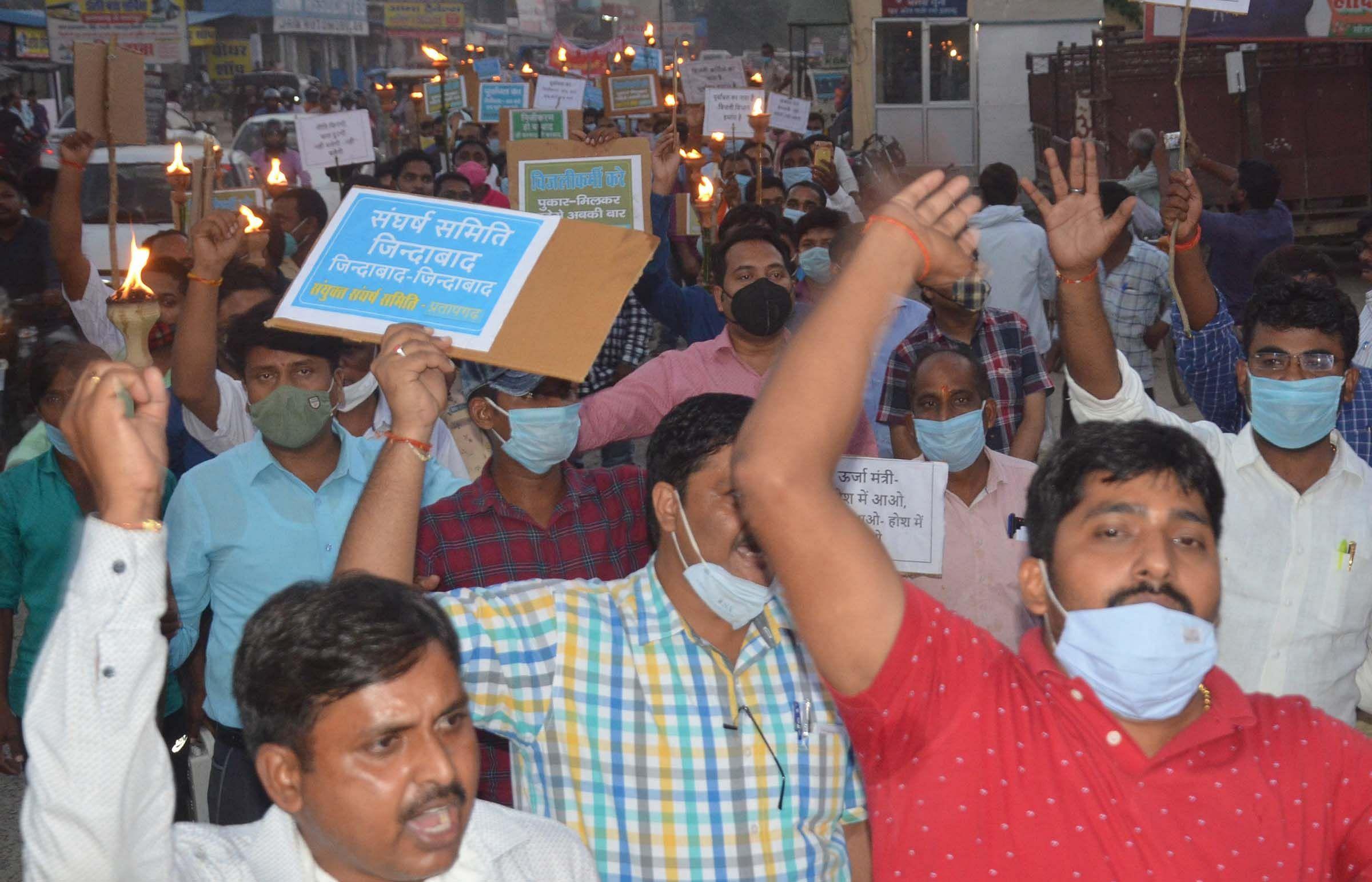 निजीकरण के विरोध में भंगवा चुंगी कार्यालय से मशाल जुलूस निकाले बिजली विभाग के कर्मचारी।