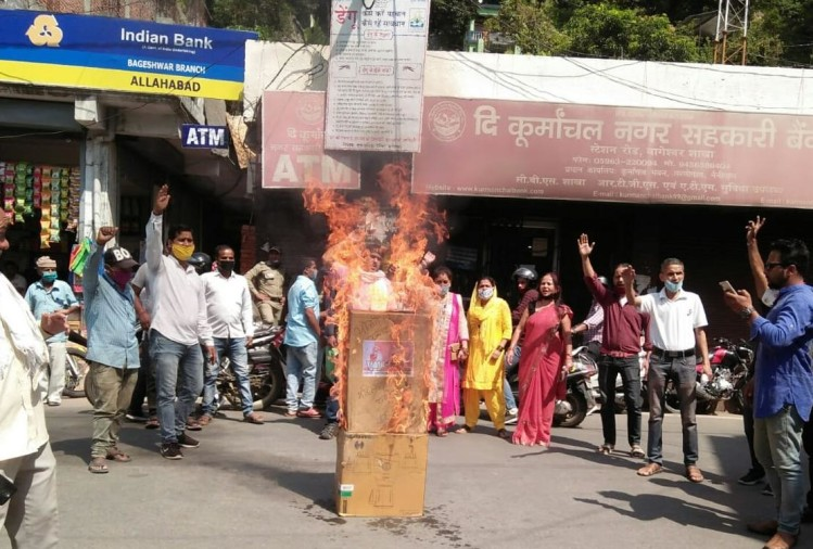 Hathras Gangrape Case News in Hindi: Anger And Protest In Uttarakhand Watch Photos