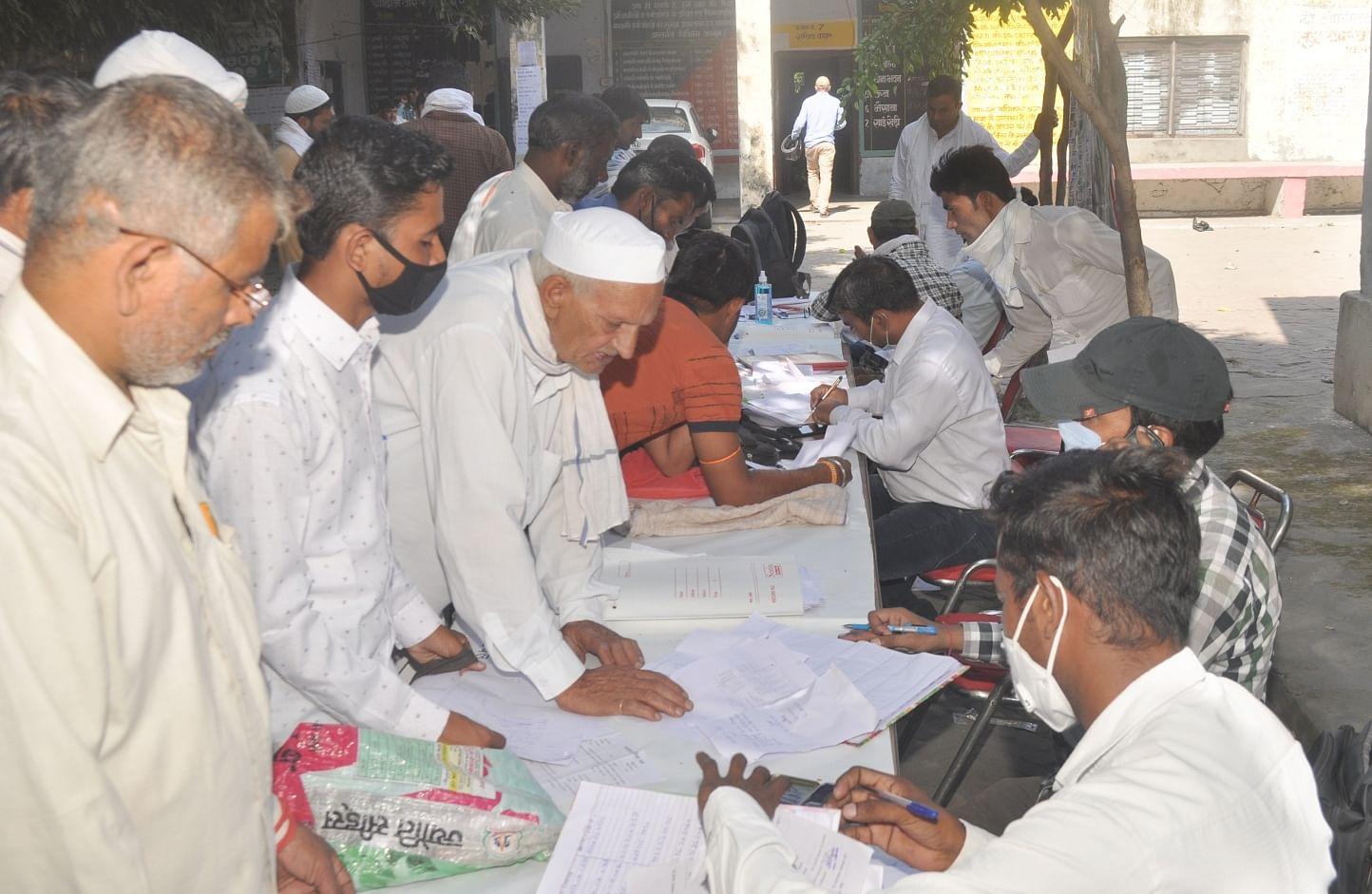 शामली गन्ना समिति कार्यालय में आयोजित किसान मेले में किसानो को जानकारी देते कर्मचारी