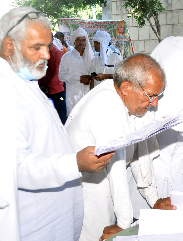 शामली गन्ना समिति कार्यालय मे किसान मेले की भीड में खडे वरिष्ट नागरिक