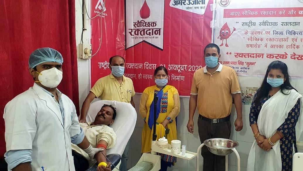 अमर उजाला फाउंडेशन के रक्तदान शिविर में सहयोग करने वाली ब्लड बैंक की टीम।