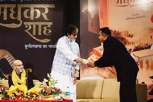 मधुकर शाह के बंशज को सम्मानित करते अभिताभ बच्चन