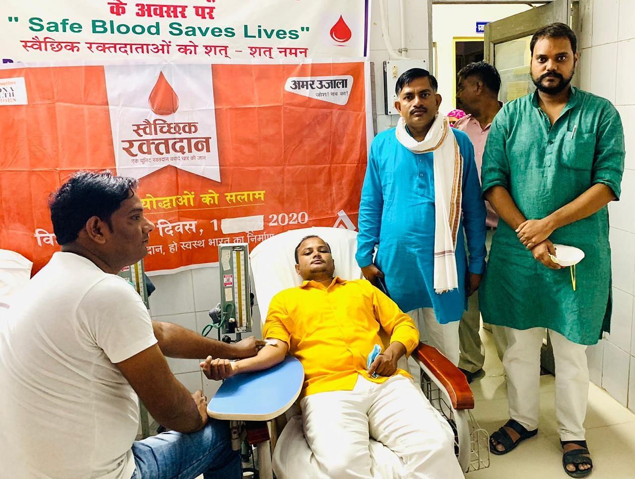 ब्लड बैैंक में अमर उजाला द्वारा आयोजित स्वैच्छिक रक्तदान शिविर में रक्तदान करते भाजयुमो कार्यक?