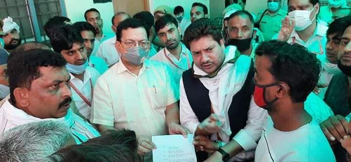 हाथरस की घटना के विरोध में एसडीएम को ज्ञापन देते सपा विधायक चौधरी नाहिद हसन
