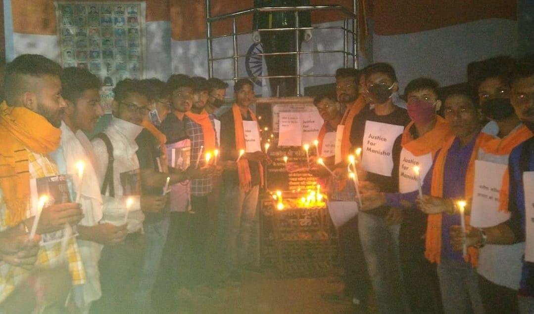 शामली सुभाष चौक पर हाथरस कांड के विरोध में कैंडल जलाते बजरंग सेना के कार्यकर्ता