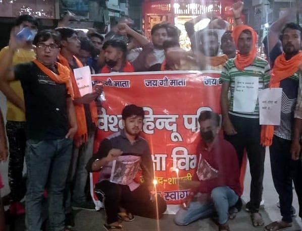 शामली शिव  चौक पर हाथरस कांड के विरोध में कैंडल जला  कर प्रदर्शन करते गौरक्षा समिति के सदस्य
