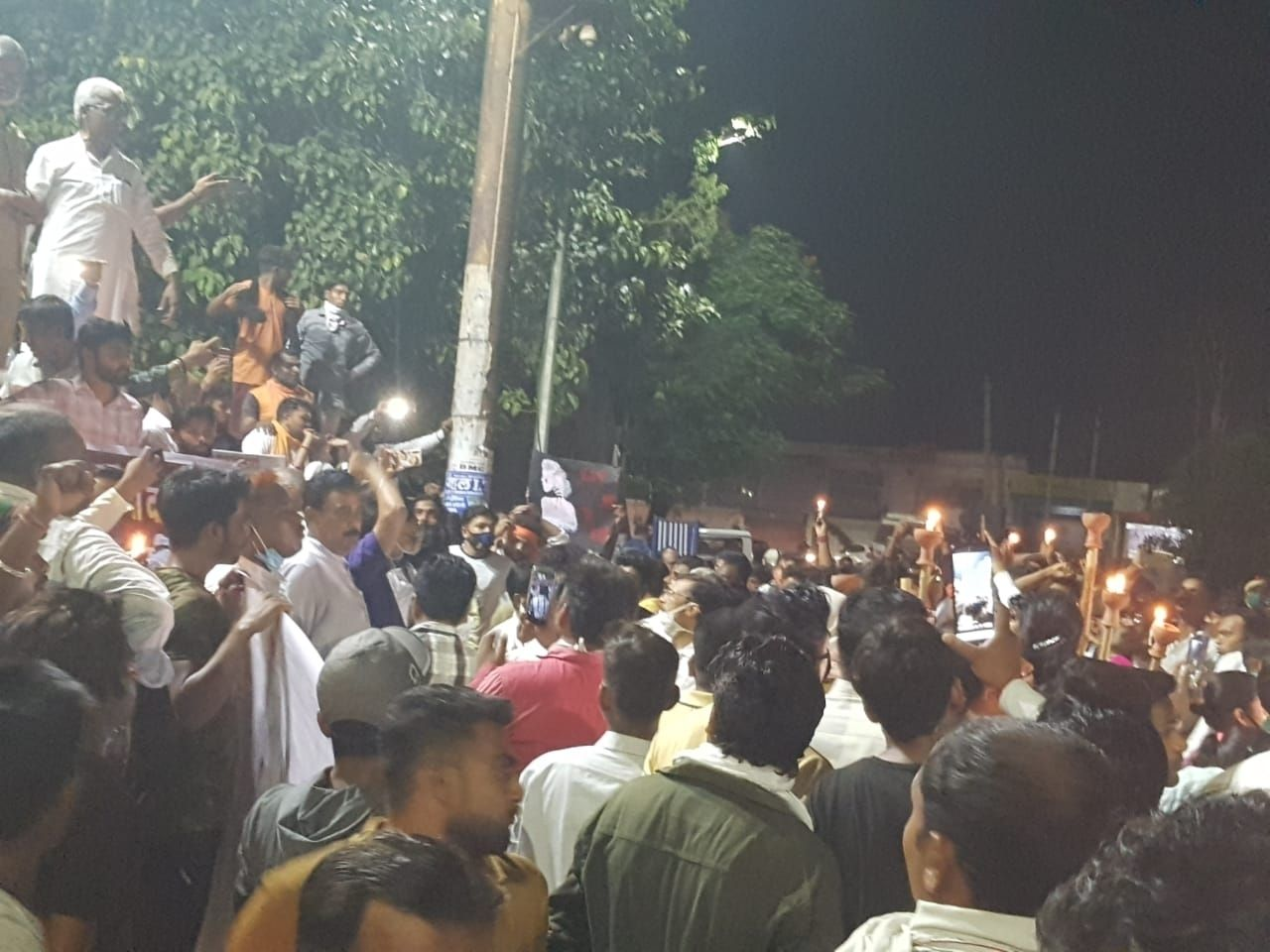 रानी तालाब पर कैंडल मार्च निकालते विभिन्न संगठनों के लोग।