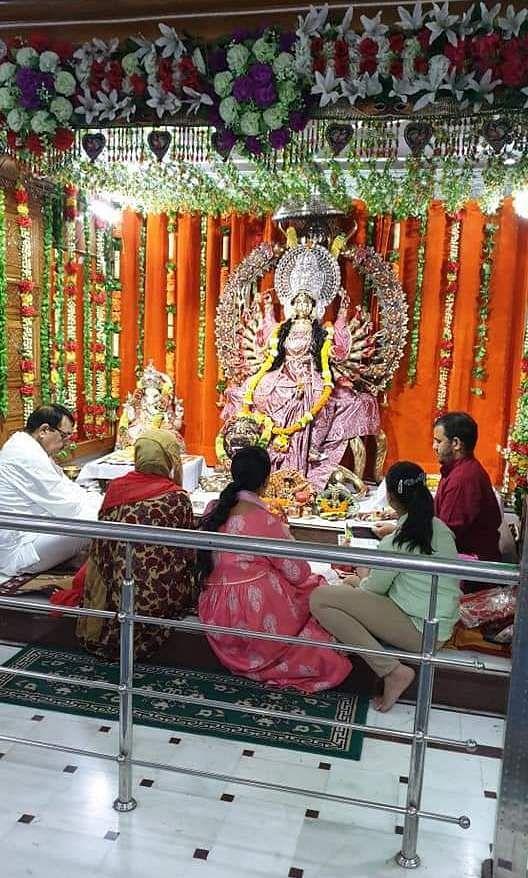 नवरात्र में पूजा अर्चना करते लोग।