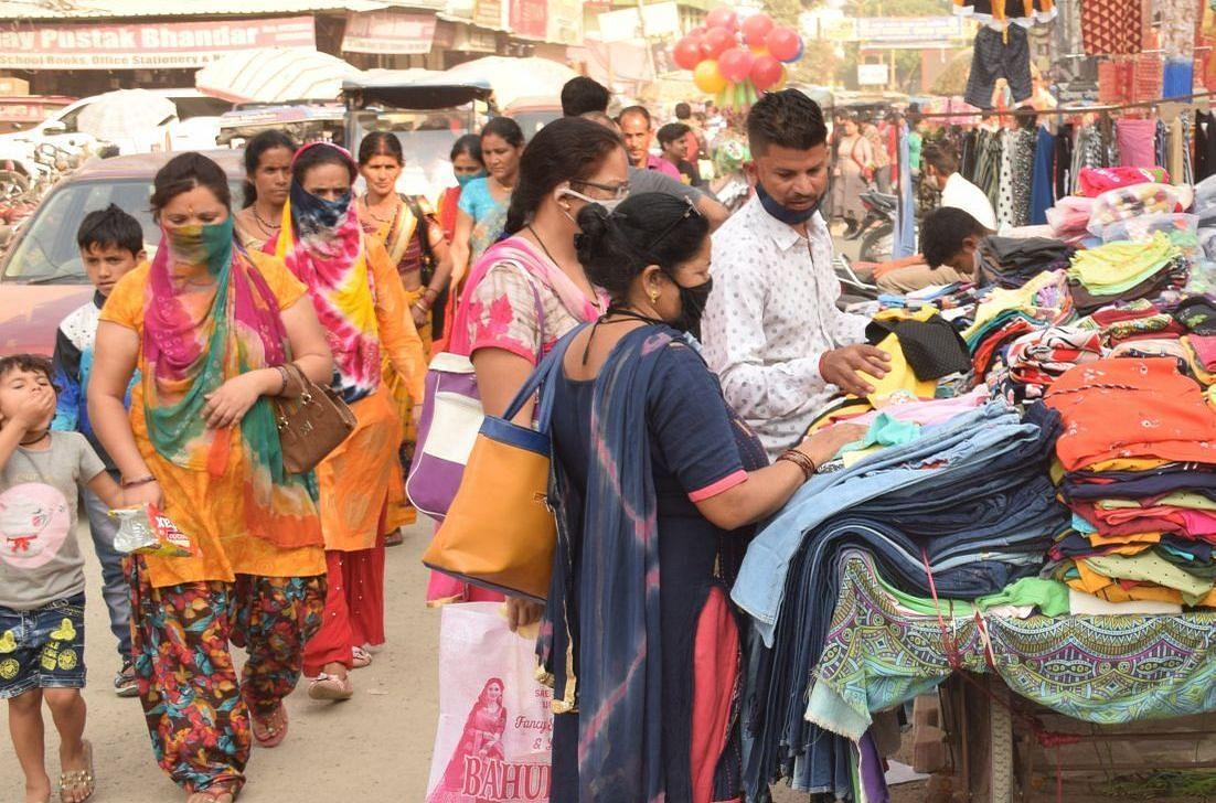 रुद्रपुर के बाजार में खरीदारी करते लोग।