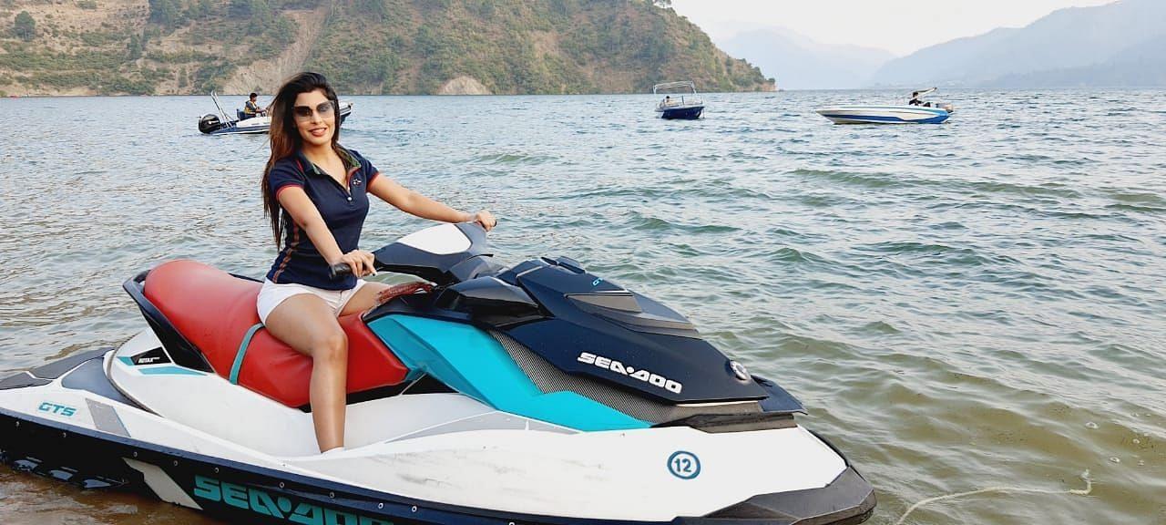 टिहरी झील में सीन शूट करती अभिनेत्री आरती खेत्रपाल।