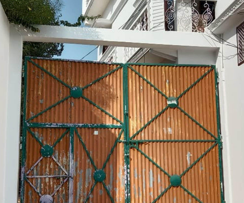 आरोपिता सीमा राजपूत के मकान का बंद दरवाजा।