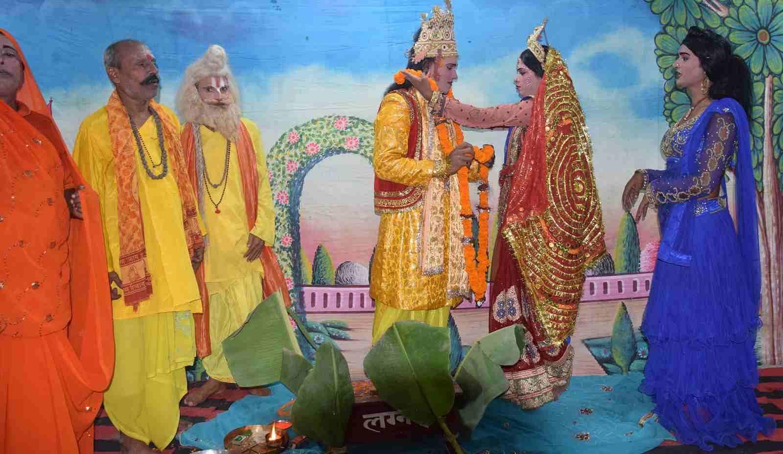 ुरानी कोतवाली में चल रही श्रीरामलीला में श्रीराम के गले में जयमाला डालती सीता जी।
