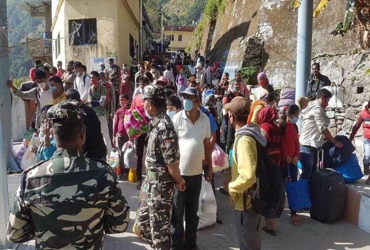 भारत आने के लिए नेपाल के झूला पुल गेट पर भीड़ पुलिस ने भांजी लाठियां