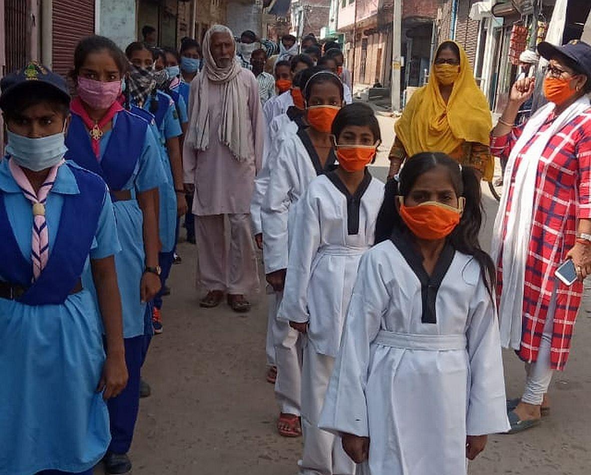 मिशन शक्ति के तहत सलोन में जागरूकता रैली निकालते बच्चे।