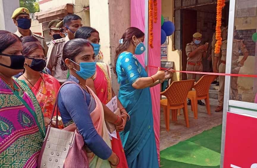 जीयनपुर कोतवाली परिसर में महिला हेल्प देश का उद्घाटन करती राजकीय बालिका इंटर कॉलेज अजमतगढ़ की प?